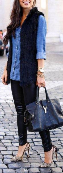 blå chambrayskjorta med knappar och svart pälsväst