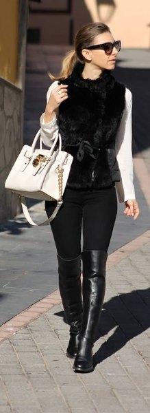 vit långärmad T-shirt med svart pälsväst och läderstövlar