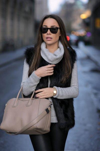 grå turtleneck med svart fuskpälsväst och läderjackor