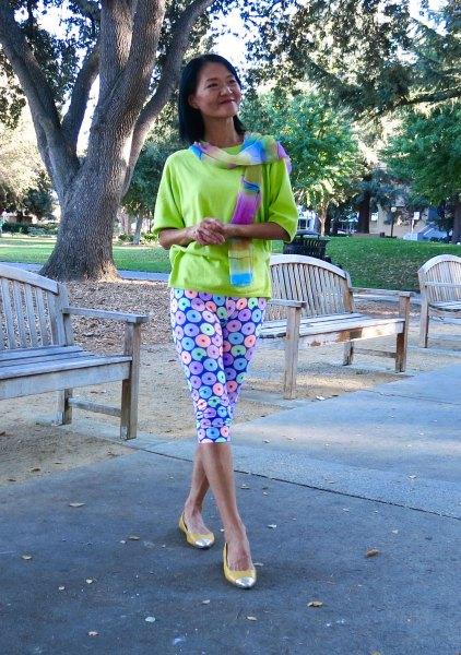 Senapsgul tröja med blåtryckta knälånga leggings