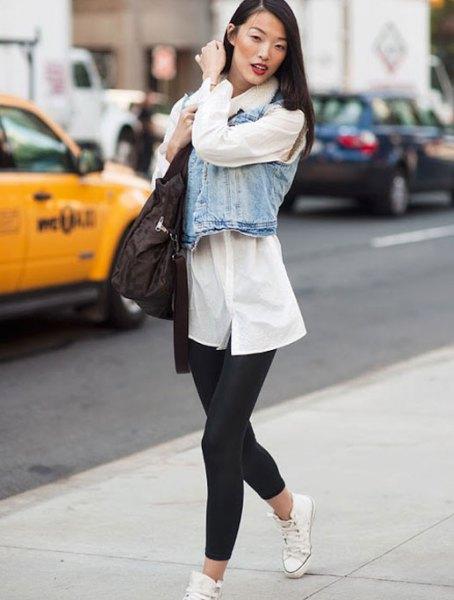 vit tunikatröja med knappar, jeansväst och svarta korta leggings