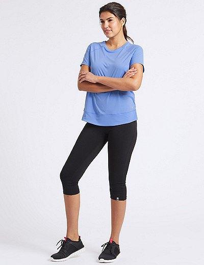 ljusblå t-shirt med svarta korta leggings och sneakers