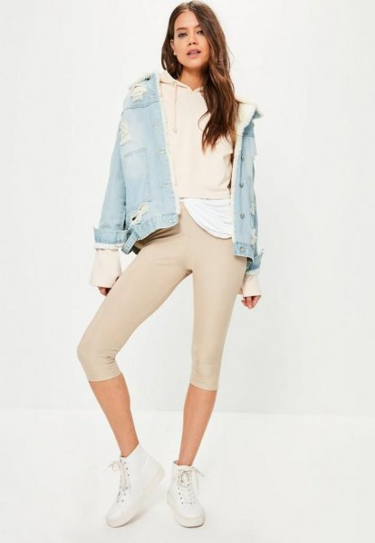 Ljusrosa huvtröja med blå jeansjacka med rodnande korta leggings