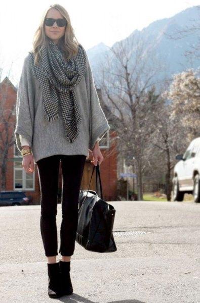 grå tröja med rutig halsduk och korta leggings