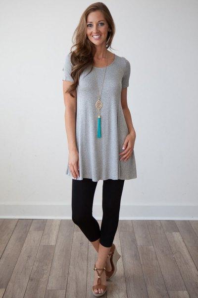 grå kortärmad peplum tunikatopp med korta leggings