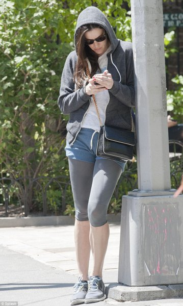 Huvjacka med blå shorts och grå korta leggings