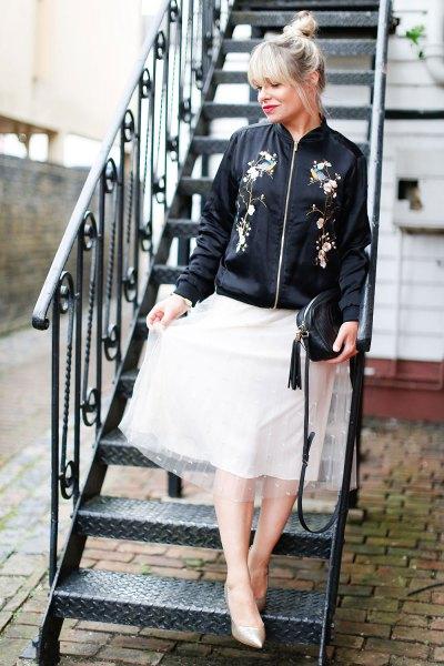 svart broderad bomberjacka, vit chiffongfläckad kjol