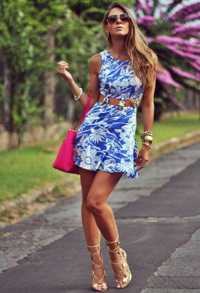 Remklänning med blommönster och rosa klackar med öppen tå