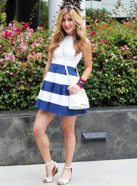 vitklippt och utsvängd miniklänning med blå ränder