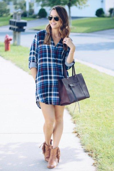 mörkblå och vit rutig skjortklänning med stövlar