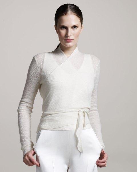 vit halvtransparent bältetröja över linne