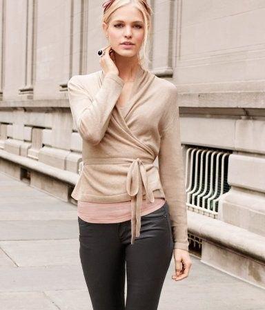 grå omslagströja med bälte, svarta läderbyxor