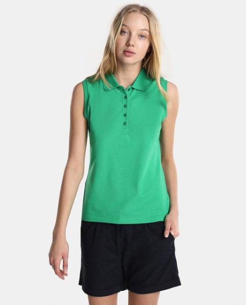Ljusgrön ärmlös polotröja med svarta, flytande shorts