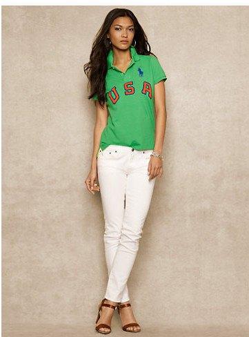grafisk polotröja med vita slim fit jeans