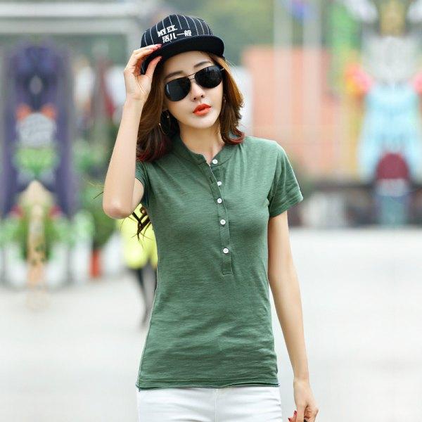 grön kragefri polotröja med vita jeans och keps