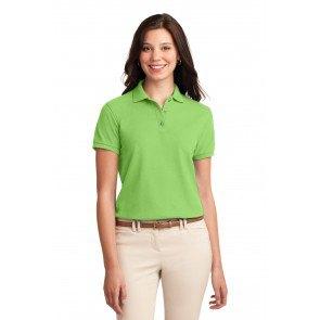 ljusgrön polotröja med smala jeans i elfenben