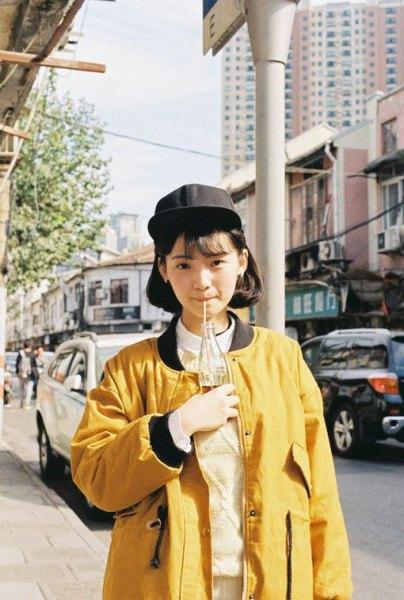 gul överdimensionerad jacka med vit krage skjorta