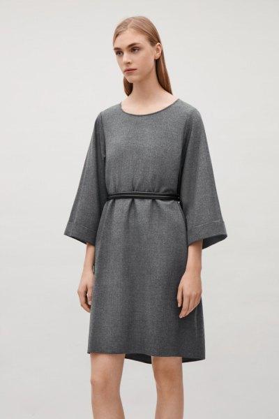 Grå ull miniklänning från rynkad midja