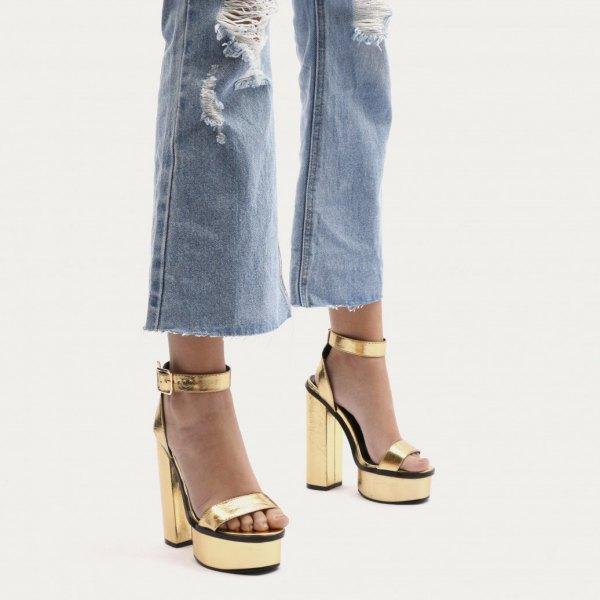 rippade utsvängda jeans med platåklackar i guld
