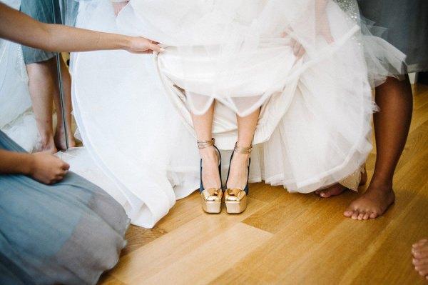 Bröllopsklänning platt klackar i fotled i guld