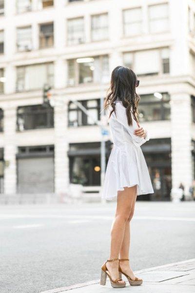 vit skjortaklänning med klackar i guldplattform