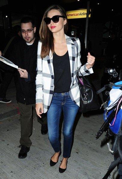 svart väst över blå skinny jeans