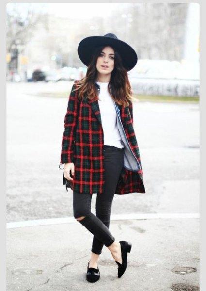 Marinblå och röd lång jacka, svart filthatt