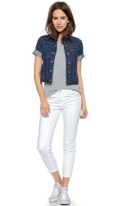 blå jeansjacka med korta ärmar och vita jeans