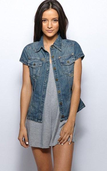 Mörkblå jeansjacka med korta ärmar och en grå miniklänning