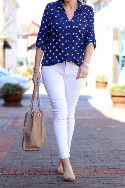 blå och vit prickig skjorta, vita skinny jeans