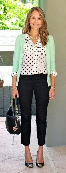 vit prickig skjorta krämfärgad kofta svarta dräneringsrörbyxor