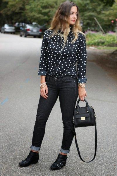 Svart och vit polkaskjorta med smala jeans