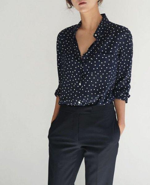 Svart och vit prickig skjorta