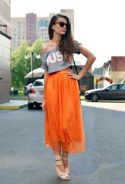 Chiffong midi hög låg kjol med en t-shirt med axeltryck