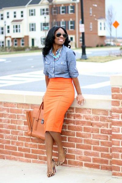 blå chambray-skjorta med orange midikjol