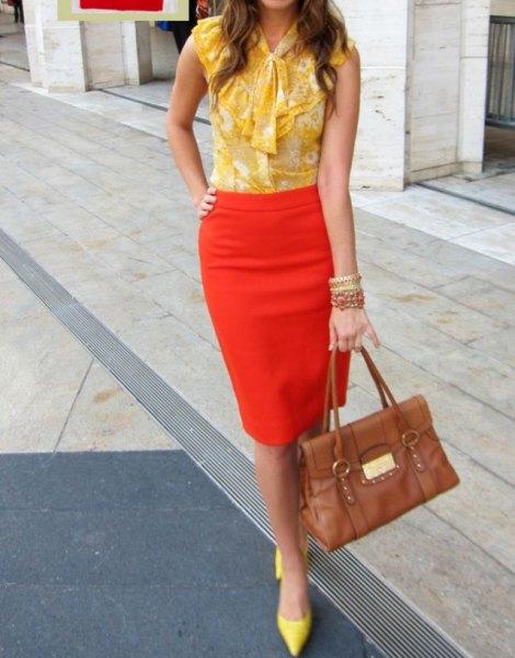 ärmlös chiffongblus med en gul rosett och en orange penna kjol