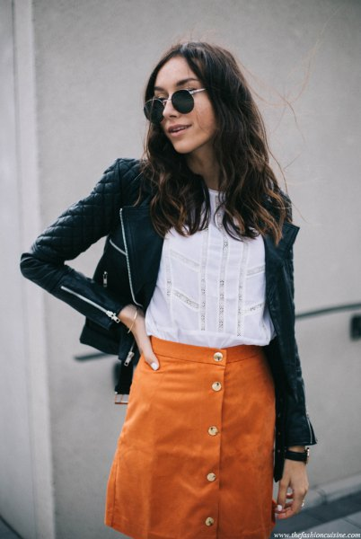 svart quiltad skinnjacka med orange mockakjol