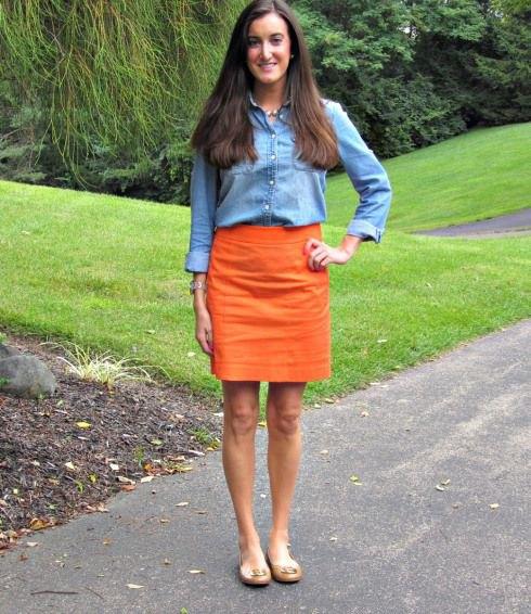 Chambray-skjorta med minikjol och ljusrosa sandaler