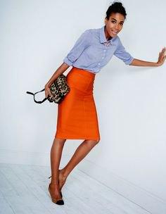 blå chambray-skjorta med knapplås och orange midikjol
