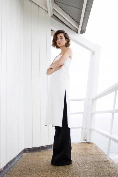 vit axelbandslös tunika klänning svarta flared jeans