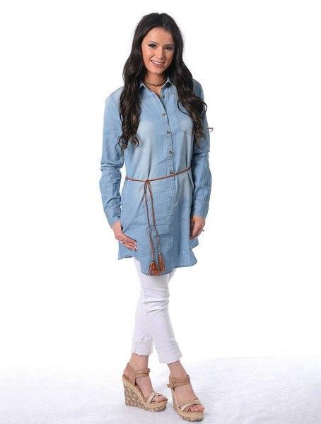 Chambray tunika klänning med vita jeans