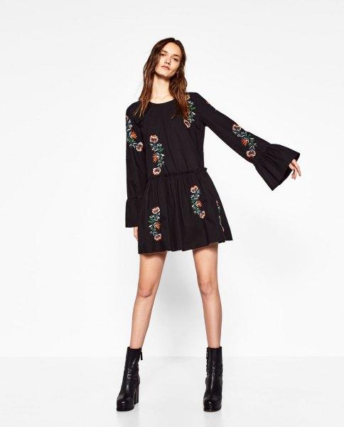 svart blommig broderad skater miniklänning med klockärmar