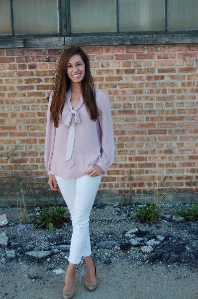 grå chiffongblus med slipshals, vita skinny jeans