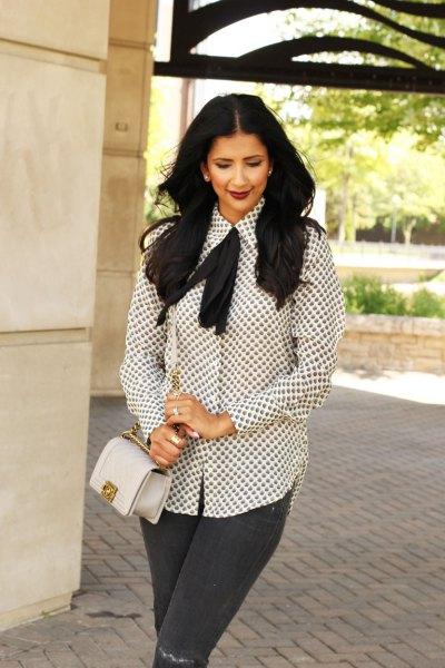 vit och svart mönstrad slipsblus grå jeans