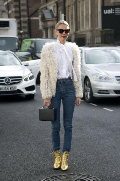Smala jeans gjorda av en vit fuskpäls
