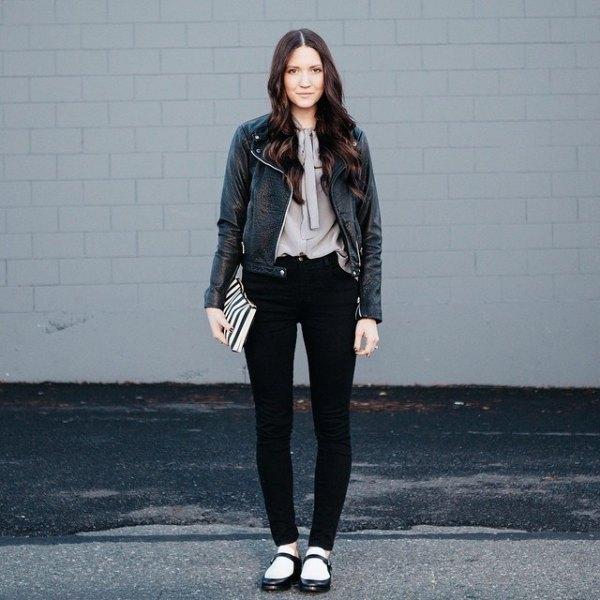 grå slipsblus svart läderjacka