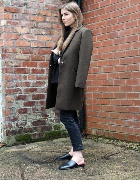 grå lång ullrock med svarta ankeljeans