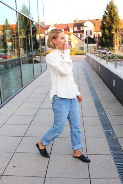 vit blus med blå rippade pojkvän jeans