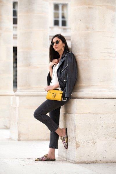 svart skinnjacka med mörkblå skinny jeans