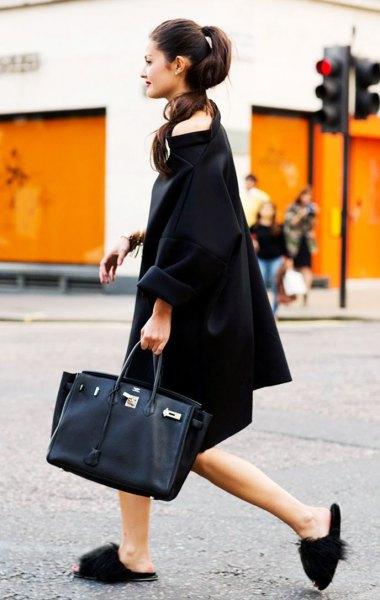 svart midiklädklänning med båthals, tofflor och svart läderhandväska
